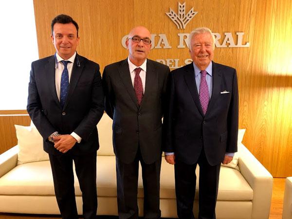 Presidente y director de la Fundación Caja Rural del Sur con el presidente de Cooperativas Agro-alimentarias de Andalucía.