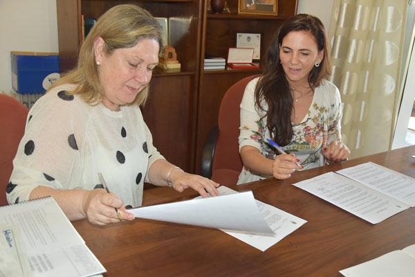 La Teniente de Alcalde del Ayuntamiento de Lepe, Bella Pilar Coro y la empresaria Ana Pallarés durante la firma del convenio de colaboración.