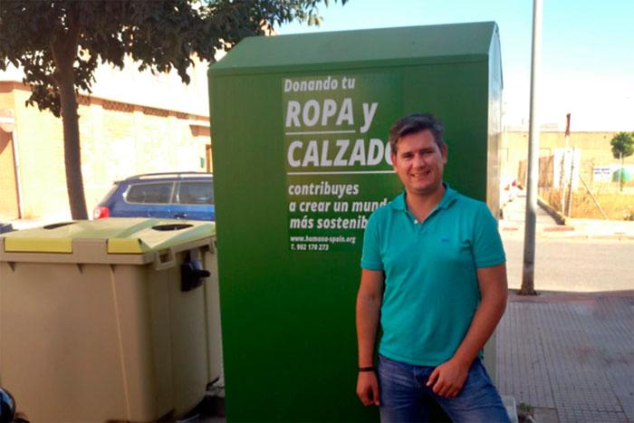 El concejal de Medio Ambiente Raúl Corralejo junto a uno de los contenedores dispuestos de ropa usada en San Juan del Puerto.