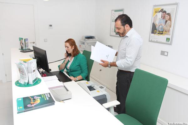 Imagen de los trabajadores de Caja Rural del Sur en la oficina de Minas de Riotinto.