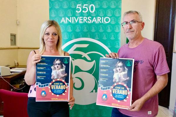 La alcaldesa Rocío Cárdenas y el concejal de Cultura Juan Martínez presentan el programa 'Cine de Verano 2018' de San Juan del Puerto.