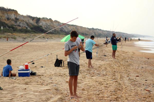 Miguel Ángel Vázquez en senior y Alejandro Domínguez en junior, vencedores absolutos del concurso de pesca celebrado ayer en las fiestas de Mazagón.