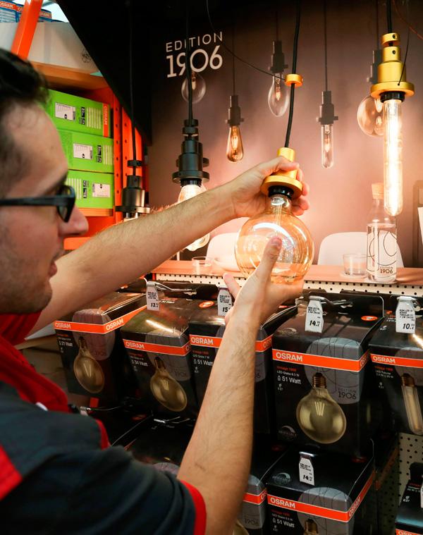 Un empleado de una tienda de bombillas en Madrid.