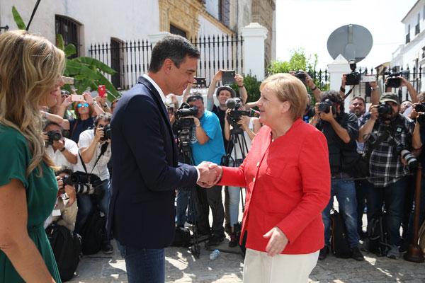 El presidente del Gobierno, Pedro Sánchez, recibe a la canciller alemana, Angela Merkel, en Sanlúcar de Barrameda.