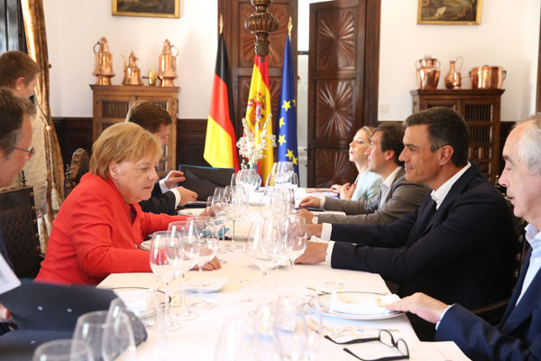 El presidente del Gobierno, Pedro Sánchez, y la canciller alemana, Angela Merkel, junto a sus respectivos equipos, celebran un almuerzo de trabajo en el Palacio de los Guzmanes.