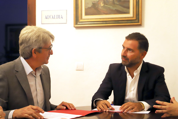 El alcalde de Moguer y el representante de la Fundación Cepsa en Huelva durante la firma del convenio
