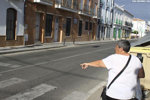 Una vecina de San Juan indica el lugar donde sucedió el hecho.
