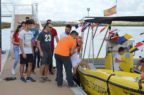 Los paseos en barco por el río Tinto se han sucedido en este 12 de octubre con un marcado acento colombino