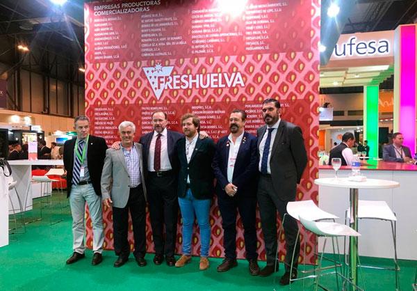 El presidente de Caja Rural del Sur con representantes de Freshuelva, Interfresa y otros productores presentes en Fruit Attraction.