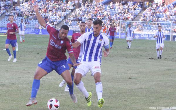 Diego Jiménez disputa un balón junto a un rival, en el último partido celebrado en el Nuevo Colombino.