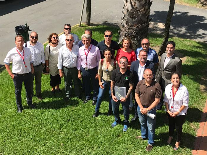 Empresarios y representantes de Cepsa durante la visita.