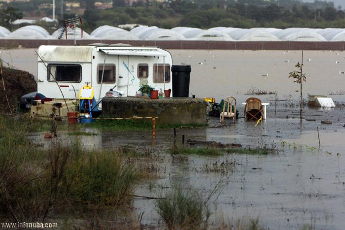 Una caravana, inundada por la subida de las aguas.