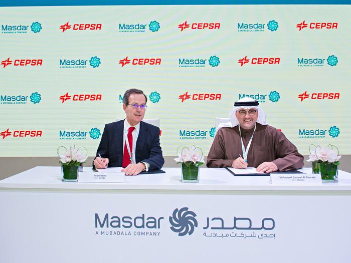Pedro Miró, Consejero Delegado de Cepsa y Mohammed Jameel Al Ramahi, Consejero Delegado de Masdar, durante la firma del convenio de colaboración.