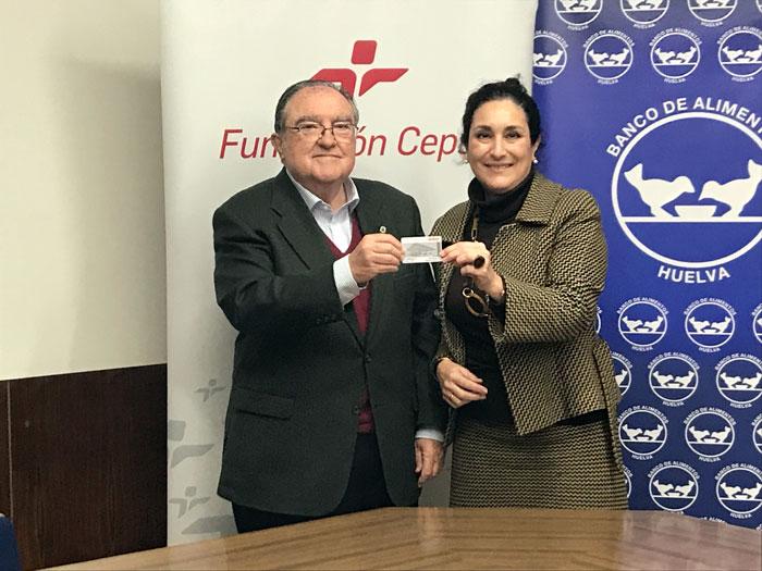 En representación de la Fundación Cepsa en Huelva, Teresa Millán ha hecho efectiva esta entrega al presidente del Banco de Alimentos, Juan Manuel Díaz Cabrera.