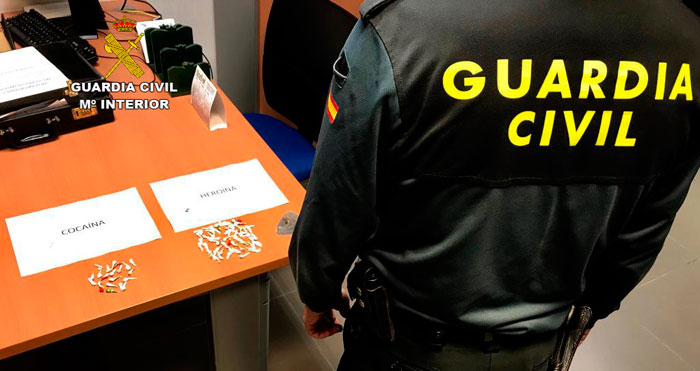 Un agente de la Guardia Civil custodia las sustancias incautadas.