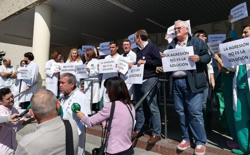 Concentración de profesionales en el Hospital Juan Ramón Jiménez de Huelva condenando las agresiones.
