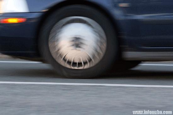 Imagen de un vehículo transitando por una carretera de la provincia de Huelva