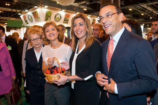 Isabel García Tejerina, Susana Díaz e Ignacio Caraballo en la feria Fruit Attractión.