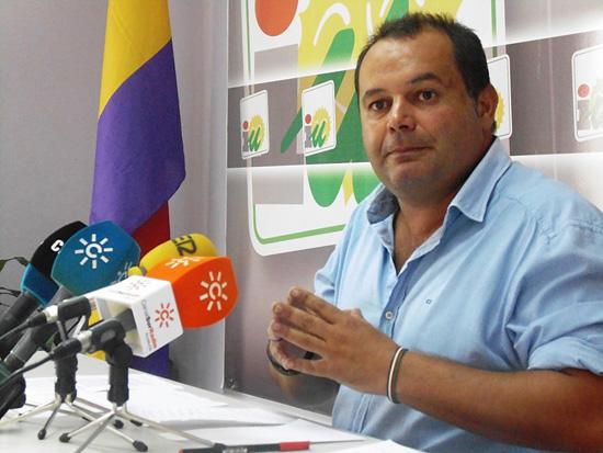 Rafael Sánchez, portavoz de IU de la Diputación Provincial de Huelva en rueda de prensa.