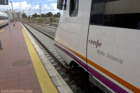 Imagen de una de los trenes de Renfe en la estación de Huelva.