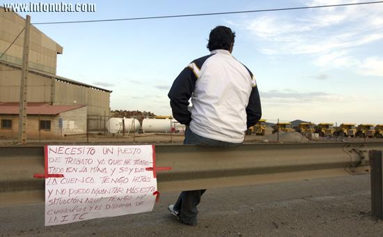 Raúl se ha establecido en las puertas de la explotación minera de forma indefinida.