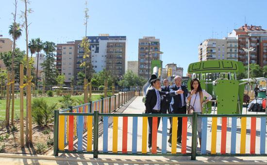 El alcalde de Huelva, Pedro Rodríguez, acompañado de varios concejales del Equipo de Gobierno y vecinos del barrio, ha visitado esta mañana las obras en el solar del antiguo Estadio Colombino para comprobar el avanzado estado en que se encuentra el nuevo parque de Isla Chica.