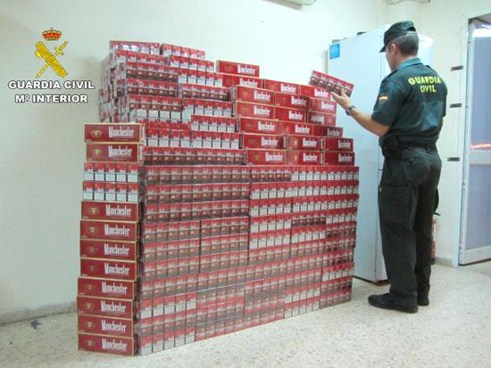 La Guardia Civil ha detenido a dos personas por un delito de contrabando, siéndoles intervenidas 4.250 cajetillas de tabaco de contrabando.