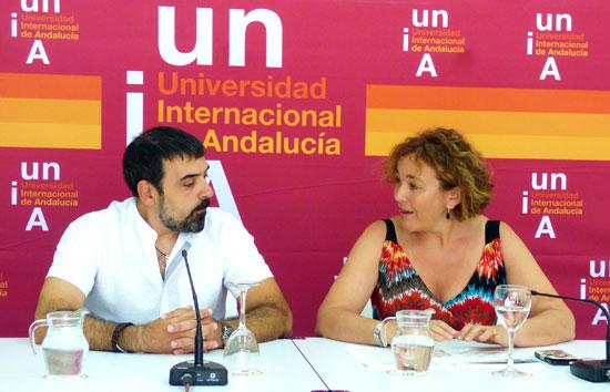 Felipe Jiménez Blas conversa con  la vicerrectora del Campus de La Rábida, Yolanda Pelayo.