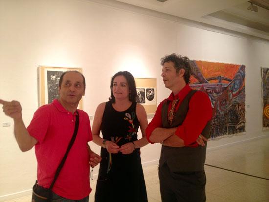 La exposición ha sido inaugurada por la diputada de Cultura, Aurora Vélez, quien ha estado acompañada del comisario Samir Assaleh, y del propio artista.