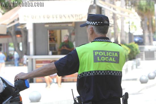 Imagen de un agente de la Policía Local  de Huelva durante un servicio.