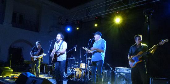La banda Visión Sonora presentó anoche su disco en un concierto en el Campus de La Rábida de la Universidad Internacional de Andalucía. Esta banda andaluza nació en 2011 y está inspirada por las raíces del rock y el flamenco.