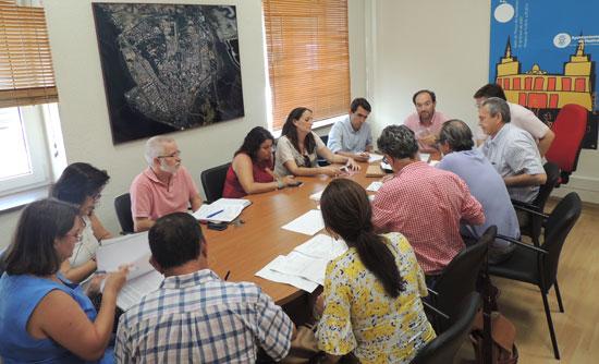 El Consejo Escolar Municipal, presidido por el concejal de Régimen Interior y Recursos Humanos del Ayuntamiento de Huelva, José Fernández, ha acordado en la reunión celebrada esta semana el calendario escolar que regirá en el curso 2015-2016.