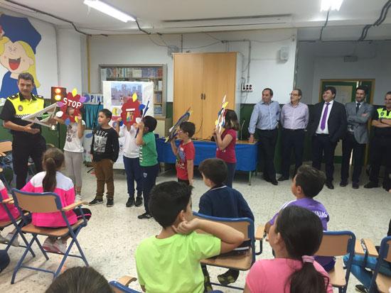Un agente de la Policía Local de Huelva explica a los niños y niñas conceptos básicos de la seguridad vial.