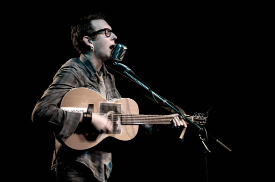 Imagen de Micah P. Hinson durante una actuación.