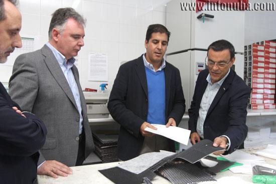 Francisco José Romero e Ignacio Caraballo se interesan por los productos de la empresa en la visita en la mañana de hoy.