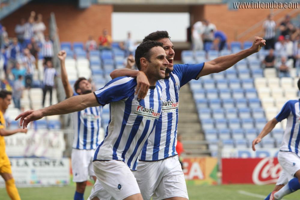 Antonio Nuñez celebra el gol con sus compañeros.