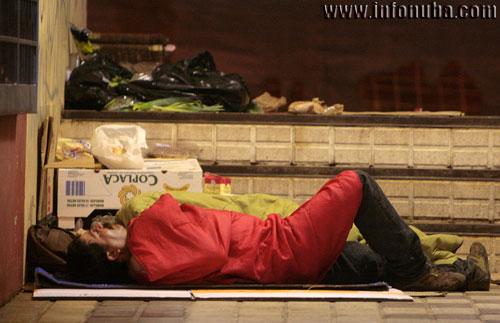 Imagen de una persona sin hogar en la ciudad de Huelva.