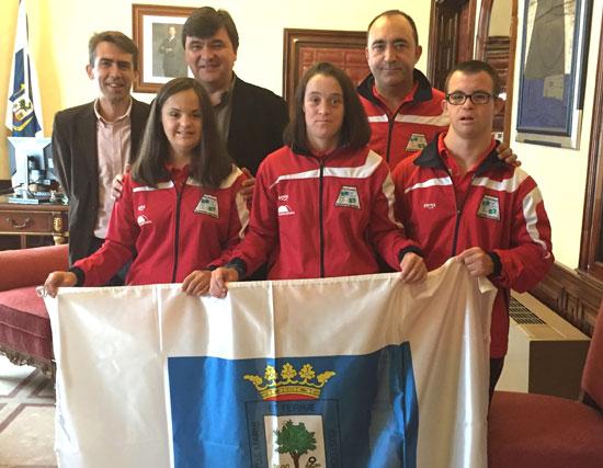 El alcalde de Huelva, Gabriel Cruz, ha recibido esta mañana en el Ayuntamiento a tres representantes del Club Onubense de Deportes Adaptados que van a competir en el próximo Campeonato de Europa de Natación para personas con síndrome de down, que se va a celebrar en la localidad italiana de Loano.