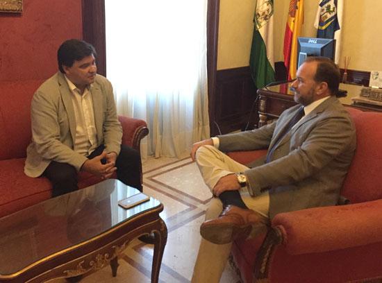 El alcalde de Huelva, Gabriel Cruz, y el presidente de la FOE, José Luis García-Palacios Álvarez, han mantenido un encuentro para coordinar las acciones tendentes a presentar la candidatura de Carolina Marín a los Premios Princesa de Asturias .