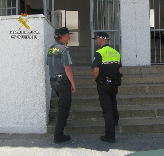 Imagen de agentes de la Guardia Civil y la Policía Local de Cartaya.