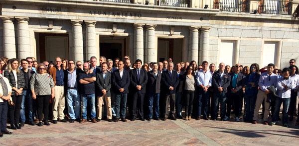 Imagen del minuto de silencio en el Ayuntamiento de Huelva.