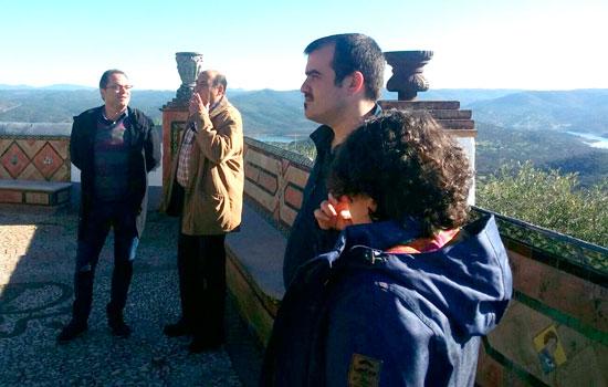 Daniel Hernando en su visita a la localidad serrana de Zufre.
