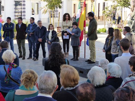 Imagen de la lectura de un manifiesto por parte de la joven integrante de la asociación Verónica Jiménez.