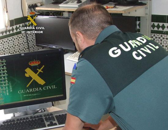 Un agente de la Guardia Civil de Mazagón consulta información en en un ordenador.