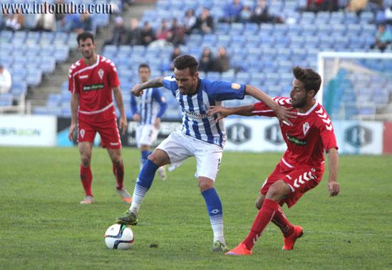 Manu Molina controla un balón ante un jugador rival.