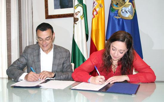 Imagen de la firma del convenio entre el Sporting Club de Huelva y la Diputación Provincial.