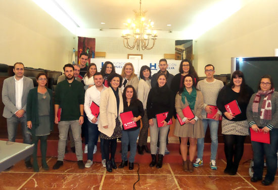La vicepresidenta de la Diputación de Huelva, María Eugenia Limón, ha hecho entrega a 15 jóvenes de la provincia de las becas correspondientes a la Línea 2 del Plan HEBE .