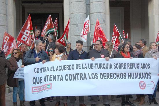 Imagen de la concentración en la Plaza del Ayuntamiento de Huelva.