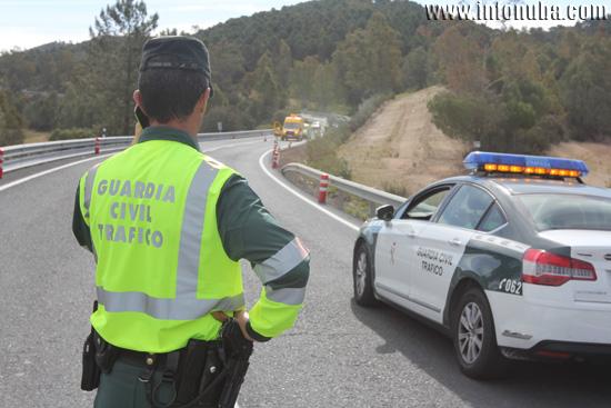 Un agente de la Guardia Civil controla el tráfico durante un accidente de un camión de mercancías.