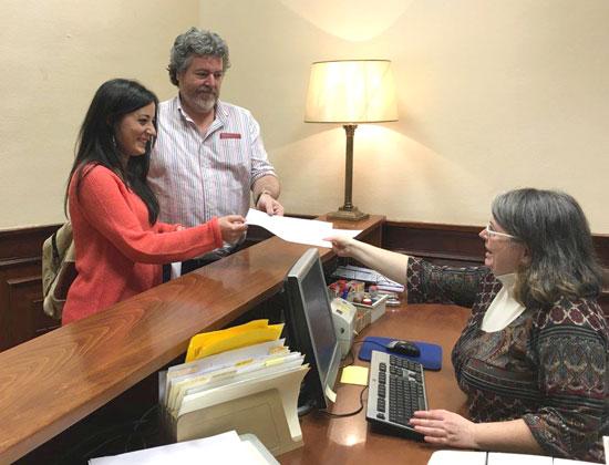 Juantxo López de Uralde, coportavoz de EQUO, e Isabel Franco han registrado esta mañana la petición para la comisión de Medio Ambiente del Congreso.